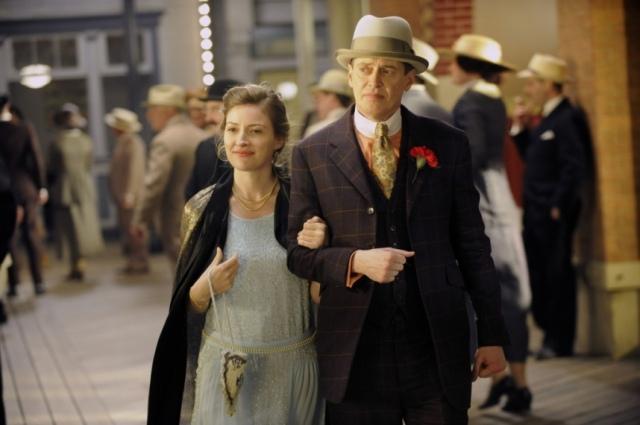 Nucky-Thomson-au-bras-de-sa-protegee-Margaret-Schroeder-il-va-leur-arriver-quelque-chose_portrait_w858